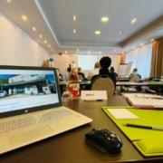 Laptop in einer Besprechung